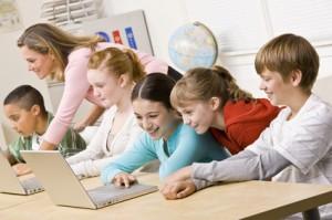 SchülerInnen vor laptops