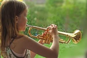 Mädchen spielt Trompete