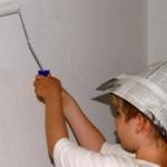Kind streicht Wand