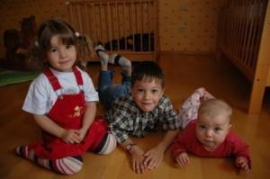 Kinder und Baby am Boden