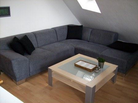 Sofa mit Couchtisch