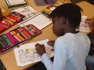 Kind am Tisch und lernt