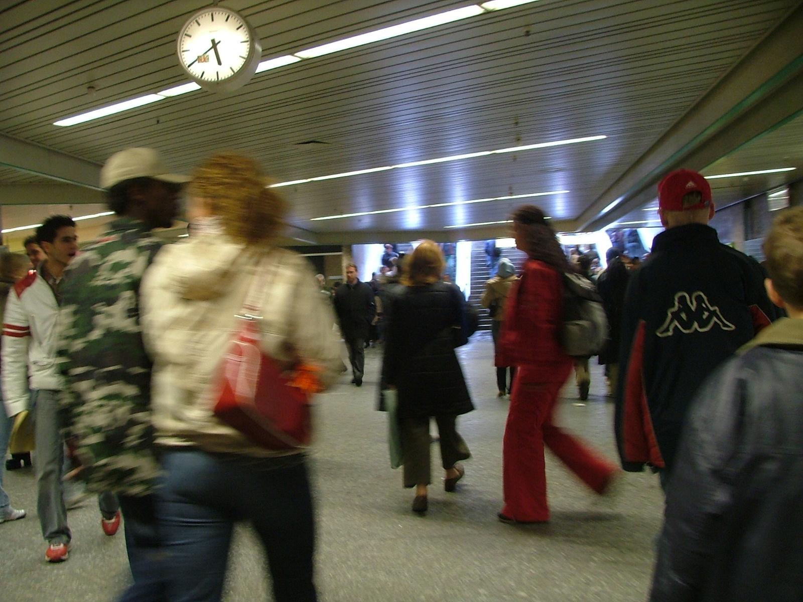 Bahnhof mit vielen hektisch gehenden Personen