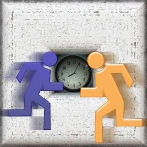 Zwei Figuren rennen gegen eine Uhr