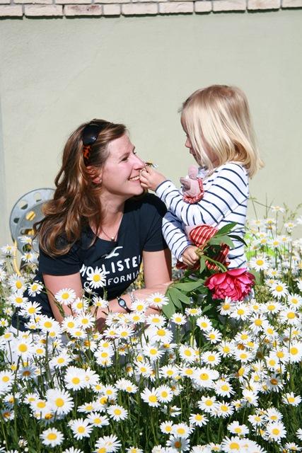 Mutter mit Kind in der Blumenwiese