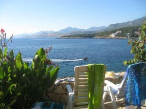 Gartensessel mit Aussicht aufs Meer