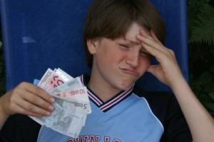Jugendlicher mit Geldscheinen in der Hand