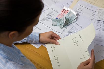 Frau mit offenen Rechnungen