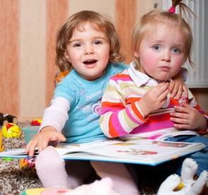 Kleinkinder im Zimmer