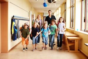 Schulkinder auf Flur