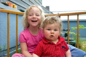 Zwei Kinder im Laufstall