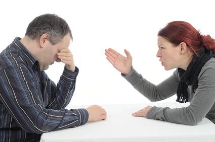 Mann und Frau streiten sich am Tisch