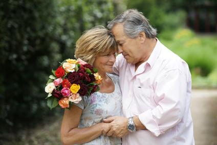 Älteres Paar mit Blumenstrauß