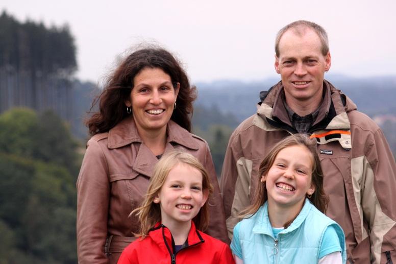 Familie Hindinger/Hössinger Vater, Mutter, zwei Mädchen