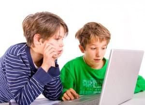 2 Jungen vor dem Laptop