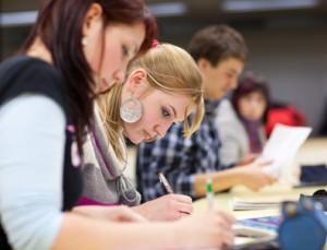 Schülerinnen beim Schreiben