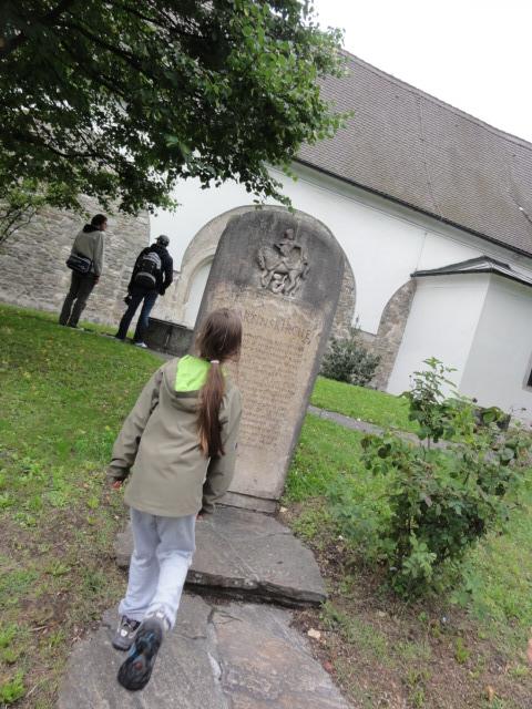 Kind geht Richtung Kirche