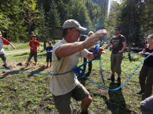Kinder und Erwachsene machen Spiel mit Seil