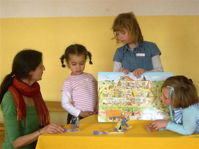 Kinder spielen mit Büchern