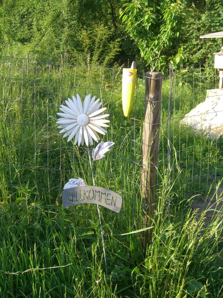 """Blume mit der Aufschrift """"Willkommen"""""""