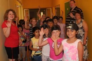 Kinder, Lehrerin und Workshopleiter stehen in Gang vor der Klasse
