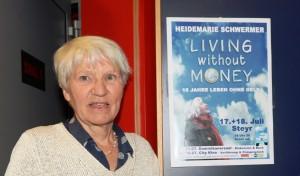 Heidemarie Schwermer vor dem Filmplakat