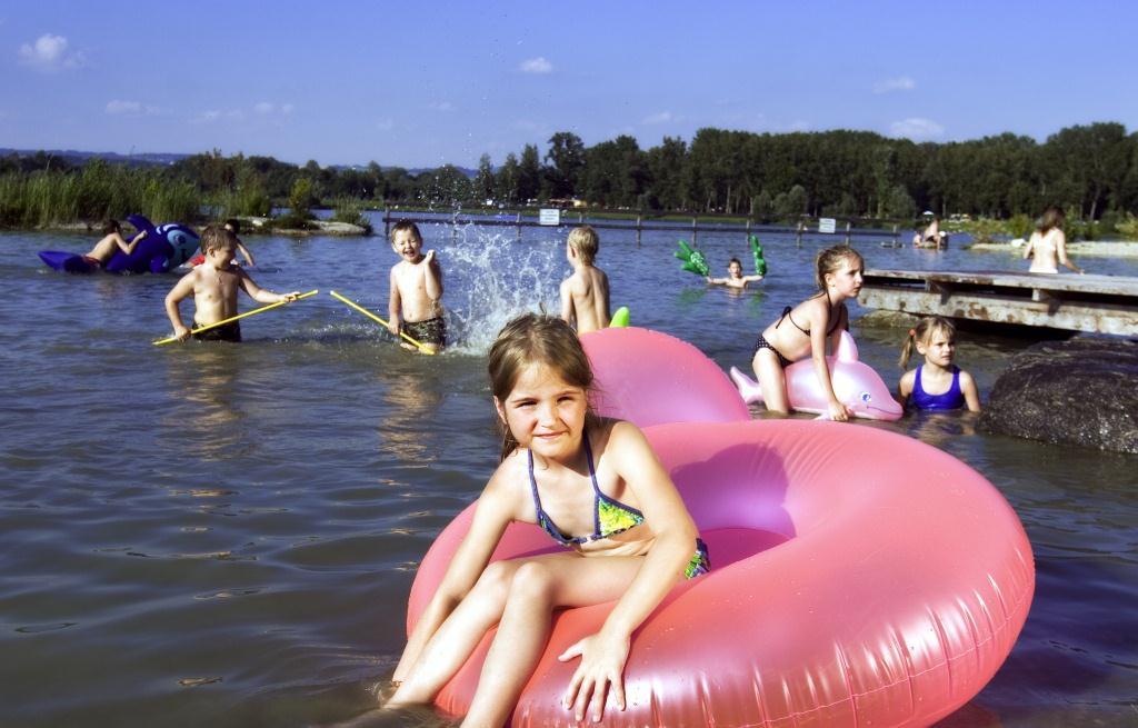 Mädchen mit Schwimmreifen