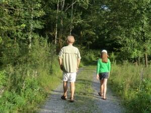 Ein Mann uns ein Mädchen gehen im Wald spazieren