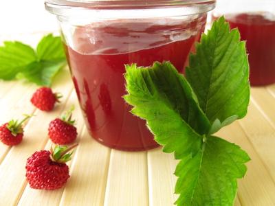 Marmelade mit Walderdbeeren im Glas