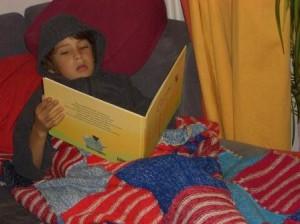 Kind mit Bilderbuch