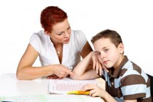 Mutter mit Sohn bei den Hausaufgaben