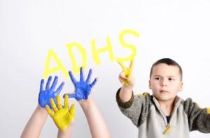 Junge schreibt ADHS
