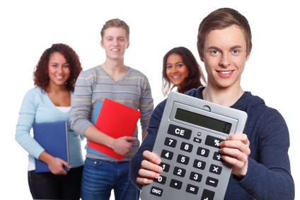 Jugendliche halten Riesentaschenrechner und Hefte und blicken in Kamera