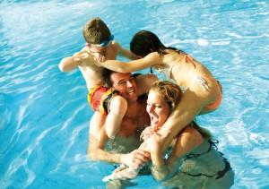 eine Familie badet im Hallenbad