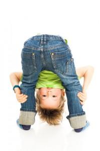 Kind schaut durch seine Beine