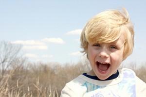 Kleiner Junge lacht