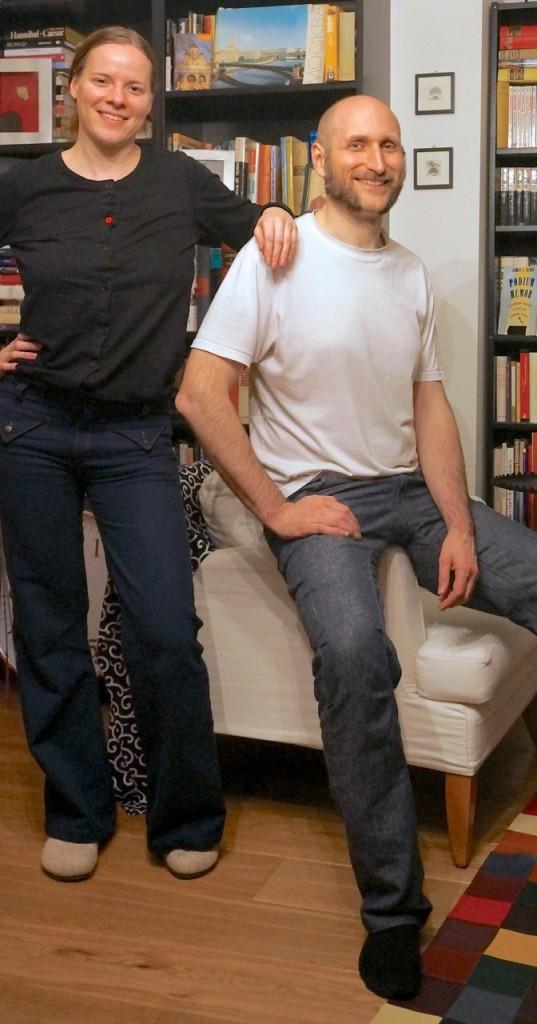 Bio-Jeans aus dem Mühlviertel: links die Damenhose aus Denim 02, rechts Denim 01.