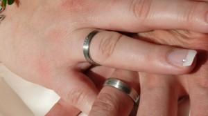 Bild: Zwei Hände mit Eheringen