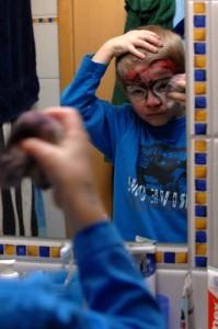 Bild: Kind schminkt sich ab