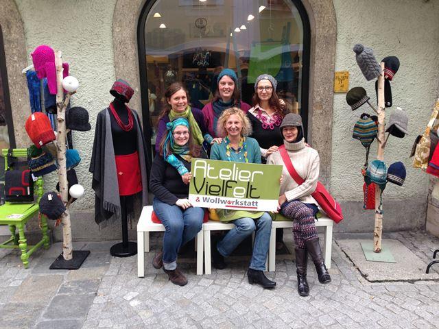 Bild: 6 Frauen vor Geschäft auf Bank