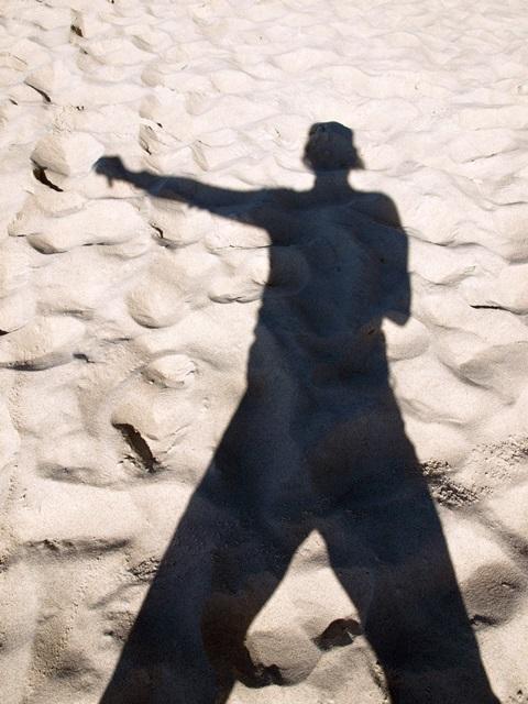 Bild: Schatten eines kämpfenden Jugendlichen