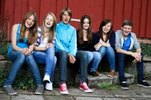 Bild: Jugendliche auf einer Bank