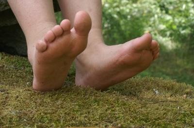 Barfuß joggen stärkt die Fußmuskulatur (Foto: Stephanie Hofschlaeger/pixelio.de)