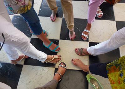 Bild: viele Füße mit Schuhen und eine ohne