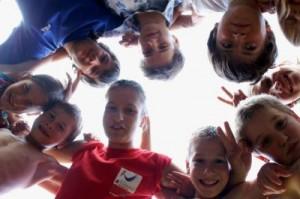 Bild: Kinder schauen nach unten in die Kamera
