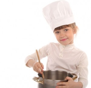 Bild: Kind rührt im Kochtopf
