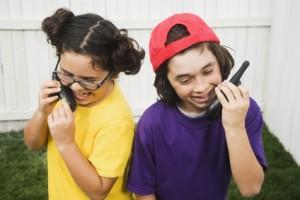 Bild: zwei Kinder mit walkie talkies