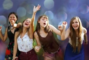 Bild: junge Mädchen feiern und singen