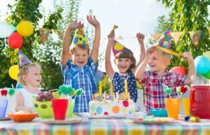 Bild: Kinder am Tisch feiern Geburtstag