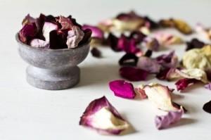 Rosenblüten duften besonders gut. Als Badesalz oder Aromaöle können Düfte unsere Stimmung maßgeblich beeinflussen (Foto: Mildred Klaus  / pixelio.de)